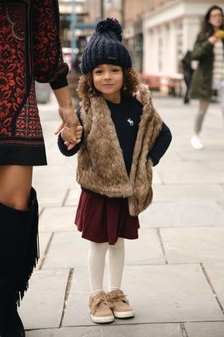 Cómo combinar: zapatillas marrón claro, falda burdeos, jersey negro, chaleco de pelo marrón