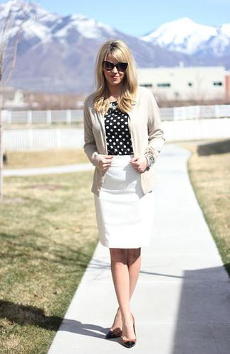 Combinar una blusa de manga larga con un cárdigan: Empareja un cárdigan con una blusa de manga larga para después del trabajo. Zapatos de tacón de cuero en negro y marrón claro son una opción incomparable para complementar tu atuendo.