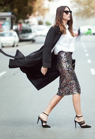 Cómo combinar: sandalias de tacón de ante negras, falda lápiz de lentejuelas plateada, blusa de botones blanca, abrigo negro