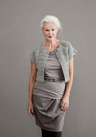 Cómo combinar: correa de cuero con print de serpiente gris, falda lápiz gris, blusa de manga corta gris, bolero gris