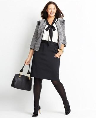 Combinar unos zapatos de tacón de cuero negros: Opta por una chaqueta abierta gris y una falda lápiz negra y te verás como todo un bombón. Zapatos de tacón de cuero negros son una opción incomparable para completar este atuendo.