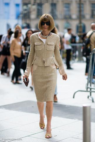 Cómo combinar: chinelas de cuero marrón claro, falda lápiz de tweed marrón claro, blusa de manga corta blanca, chaqueta de tweed marrón claro