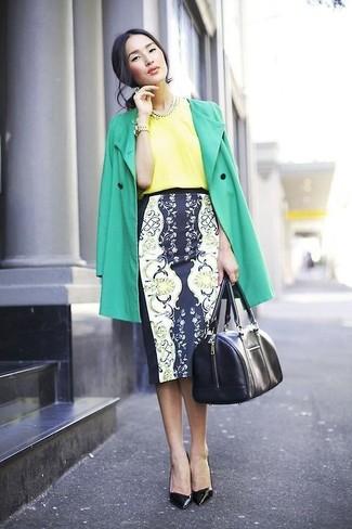 Combinar una blusa de manga corta amarilla: Opta por una blusa de manga corta amarilla y una falda lápiz con print de flores en azul marino y blanco para conseguir una apariencia glamurosa y elegante. Complementa tu atuendo con zapatos de tacón de cuero negros.