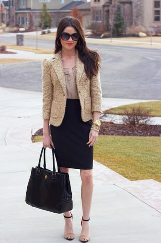 Cómo combinar: sandalias de tacón de cuero en beige, falda lápiz negra, blusa de manga larga en beige, blazer de lentejuelas dorado
