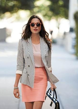 Cómo combinar: bolso de hombre de cuero en blanco y negro, falda lápiz rosada, blusa sin mangas rosada, blazer cruzado de rayas verticales en blanco y negro