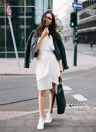 Cómo combinar: tenis blancos, falda lápiz blanca, blusa sin mangas con volante blanca, chaqueta motera de cuero acolchada negra