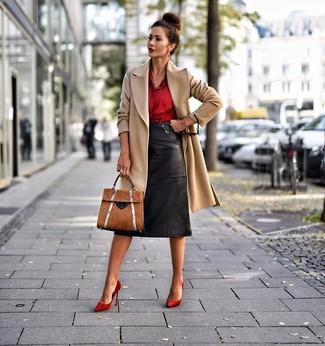 Cómo combinar: zapatos de tacón de ante rojos, falda lápiz de cuero negra, camisa de vestir de seda roja, abrigo marrón claro