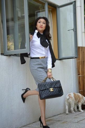 Cómo combinar: zapatos de tacón de cuero negros, falda lápiz gris, camisa de vestir blanca, blazer negro