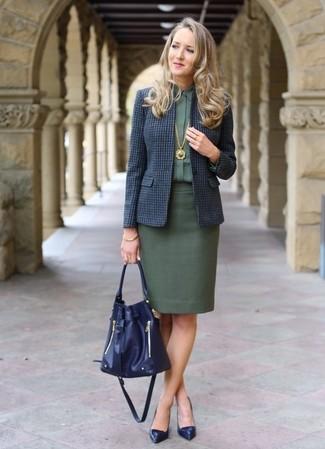 Cómo combinar: zapatos de tacón de cuero azul marino, falda lápiz verde oscuro, camisa de vestir verde oscuro, blazer de lana a cuadros azul marino