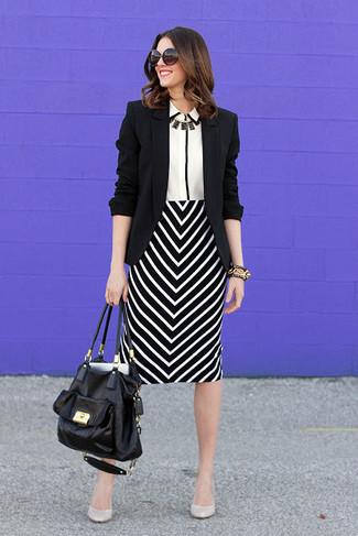 Cómo combinar: zapatos de tacón de cuero blancos, falda lápiz en zig zag en negro y blanco, camisa de vestir en blanco y negro, blazer negro