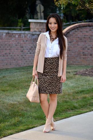 Cómo combinar: botines de cuero con recorte en beige, falda lápiz de leopardo marrón claro, camisa de vestir blanca, cárdigan en beige