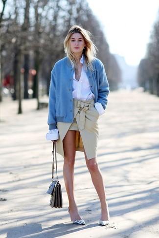 Cómo combinar: zapatos de tacón de cuero de rayas horizontales en blanco y negro, falda lápiz en beige, camisa de vestir blanca, cazadora de aviador azul