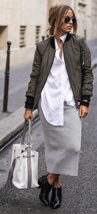 Cómo combinar: botines de cuero negros, falda lápiz de punto gris, camisa de vestir blanca, cazadora de aviador verde oliva