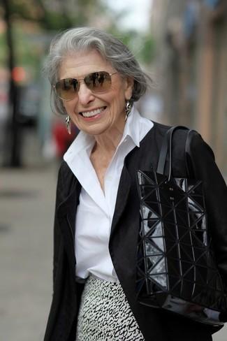 Cómo combinar: bolsa tote de cuero negra, falda lápiz estampada en blanco y negro, camisa de vestir blanca, chaqueta motera negra