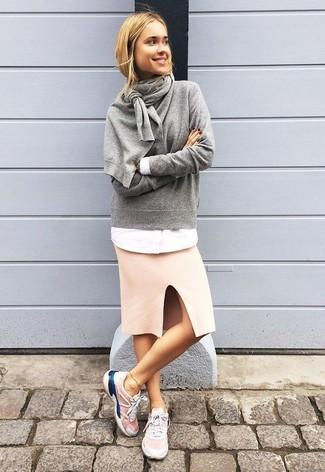 Cómo combinar: deportivas rosadas, falda lápiz rosada, camisa de vestir blanca, jersey con cuello circular gris
