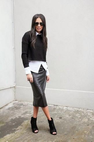 Cómo combinar: botines de cuero con recorte negros, falda lápiz de cuero negra, camisa de vestir blanca, jersey corto negro