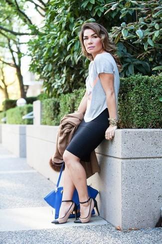 Cómo combinar: zapatos de tacón de cuero en negro y marrón claro, falda lápiz negra, camiseta con cuello circular estampada gris, abrigo con cuello de piel marrón