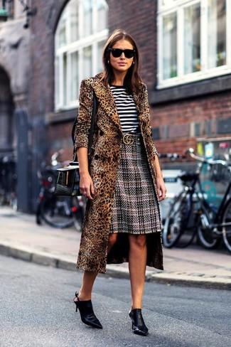 Cómo combinar: chinelas de cuero negras, falda lápiz de tartán gris, camiseta con cuello circular de rayas horizontales en blanco y negro, abrigo de leopardo marrón
