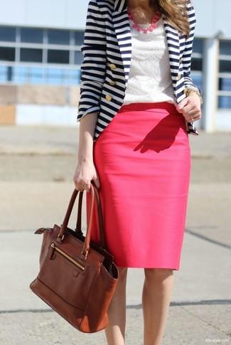 Cómo combinar: bolso de hombre de cuero marrón, falda lápiz rosa, camiseta con cuello circular de encaje blanca, blazer de rayas horizontales en blanco y azul marino