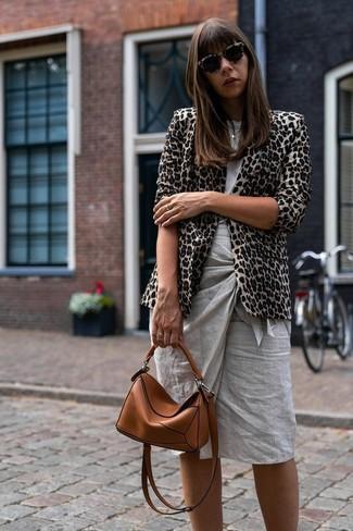 Cómo combinar: bolso bandolera de cuero en tabaco, falda lápiz gris, camiseta con cuello circular gris, blazer de leopardo en beige