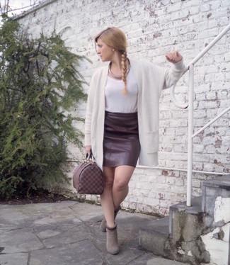 e536d4b4d Cómo combinar una falda lápiz de cuero burdeos (10 looks de moda ...
