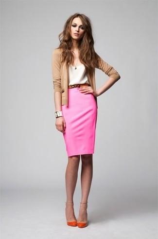 Cómo combinar: zapatos de tacón naranjas, falda lápiz rosa, camiseta con cuello circular blanca, cárdigan marrón claro