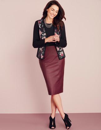 Cómo combinar: botines de ante con recorte negros, falda lápiz de cuero burdeos, camiseta con cuello circular negra, chaqueta abierta con print de flores negra
