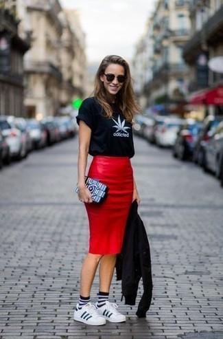 Cómo combinar: tenis de cuero blancos, falda lápiz de cuero roja, camiseta con cuello circular estampada en negro y blanco, chaqueta motera de cuero negra