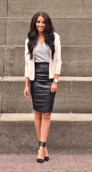 Cómo combinar: zapatos de tacón de cuero negros, falda lápiz de cuero negra, camiseta con cuello en v gris, chaqueta de piel blanca