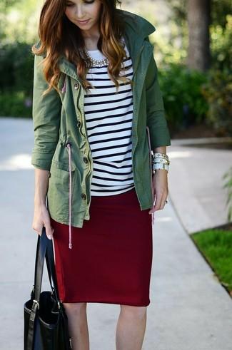 Cómo combinar: bolsa tote de cuero negra, falda lápiz burdeos, camiseta de manga larga de rayas horizontales en blanco y negro, anorak verde oscuro