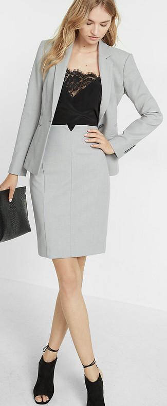 Cómo combinar: botines de ante con recorte negros, falda lápiz gris, camiseta sin manga de encaje negra, blazer gris