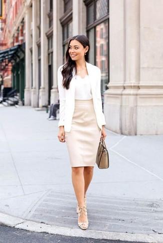 Cómo combinar: sandalias de tacón de cuero en beige, falda lápiz de cuero en beige, camiseta sin manga de seda blanca, blazer blanco