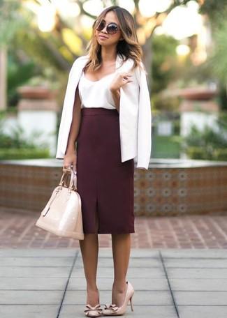 Cómo combinar: zapatos de tacón de cuero en beige, falda lápiz burdeos, camiseta sin manga de seda blanca, blazer blanco
