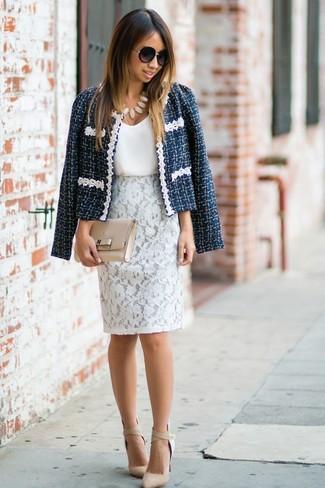 Cómo combinar: zapatos de tacón de cuero en beige, falda lápiz de encaje blanca, camiseta sin manga de seda blanca, chaqueta de tweed azul marino
