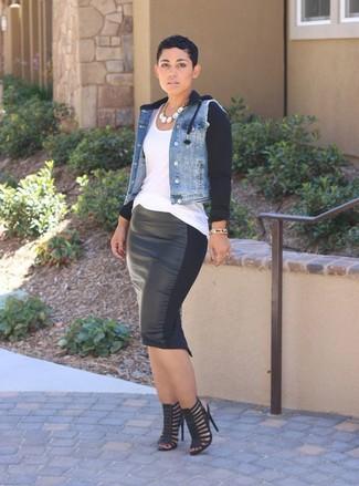 Cómo combinar: sandalias de tacón de cuero negras, falda lápiz de cuero negra, camiseta sin manga blanca, chaqueta vaquera celeste