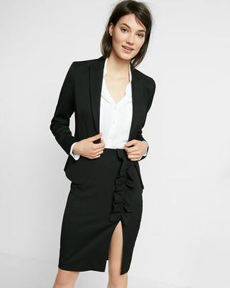 Cómo combinar: falda lápiz con recorte negra, camisa de vestir de seda blanca, blazer negro