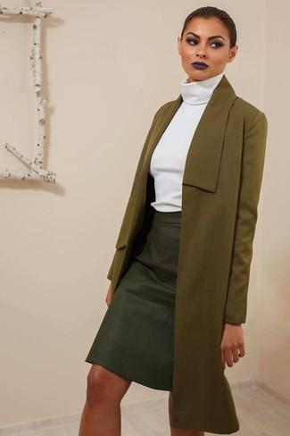 Cómo combinar: falda lápiz de cuero negra, jersey de cuello alto blanco, abrigo verde oliva