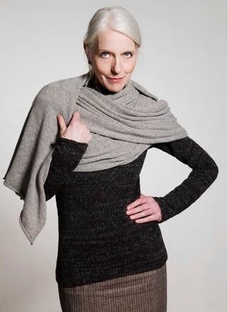 Cómo combinar: falda lápiz de lana marrón, jersey de cuello alto de lana negro, chal gris