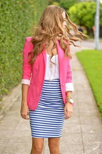 Cómo combinar: falda lápiz de rayas horizontales en blanco y azul, camiseta con cuello circular blanca, blazer rosa