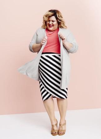 Cómo combinar: sandalias de tacón de cuero marrón claro, falda lápiz de rayas horizontales en blanco y negro, blusa de manga corta rosa, cárdigan abierto gris