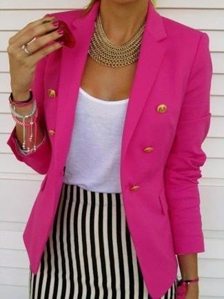 Cómo combinar: collar dorado, falda lápiz de rayas verticales en blanco y negro, camiseta con cuello circular blanca, blazer cruzado rosa