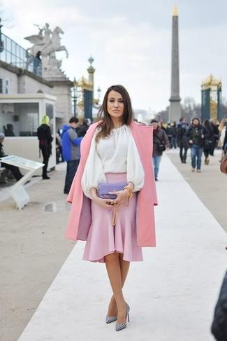 Cómo combinar: zapatos de tacón de cuero a cuadros en blanco y negro, falda lápiz rosada, jersey con cuello circular blanco, abrigo rosado
