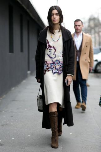 Combinar una bisutería: Usa un abrigo negro y una bisutería para un look agradable de fin de semana. Haz botas de caña alta de ante en marrón oscuro tu calzado para mostrar tu lado fashionista.
