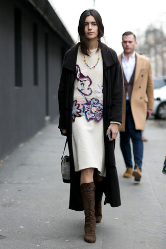 Cómo combinar: botas de caña alta de ante en marrón oscuro, falda lápiz de lana blanca, jersey con cuello circular bordado blanco, abrigo negro