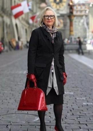 Cómo combinar: zapatos de tacón de cuero rojos, falda lápiz negra, jersey con cuello circular estampado blanco, abrigo negro