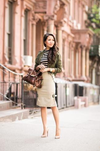 Cómo combinar: zapatos de tacón de cuero en beige, falda lápiz en beige, jersey con cuello circular de rayas horizontales en beige, chaqueta militar verde oliva
