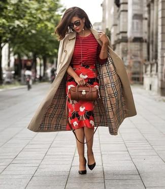 Combinar unos zapatos de tacón de cuero negros: Considera ponerse una gabardina marrón claro y una falda lápiz con print de flores roja para el after office. Zapatos de tacón de cuero negros son una opción perfecta para complementar tu atuendo.