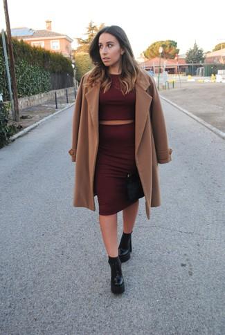 Cómo combinar: botines de cuero gruesos negros, falda lápiz burdeos, jersey corto burdeos, abrigo marrón claro