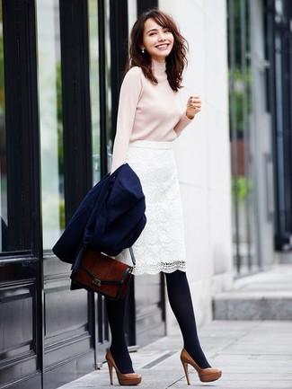 Cómo combinar: zapatos de tacón de cuero marrónes, falda lápiz de encaje blanca, jersey de cuello alto en beige, abrigo azul marino