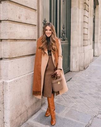 Cómo combinar: botas de caña alta de cuero en tabaco, falda lápiz a cuadros marrón, jersey de cuello alto en gris oscuro, abrigo en beige
